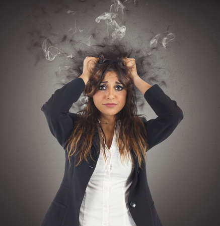 Photo pour Businesswoman stressed with her head in smoke - image libre de droit