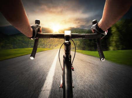 Foto de Cyclist pedaling on a street in daylight - Imagen libre de derechos