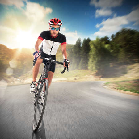 Foto de Cyclist cycling road in a natural landscape - Imagen libre de derechos
