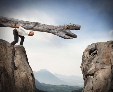 Foto de Man carries a trunk in a crevice between two mountains - Imagen libre de derechos