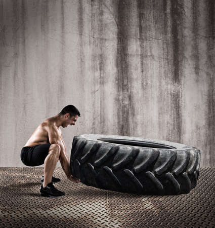 Foto de Workout with a big tire - Imagen libre de derechos