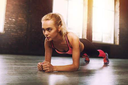 Foto de Blonde girl working out at a gym - Imagen libre de derechos