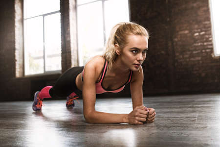 Photo pour Blonde girl working out at a gym - image libre de droit