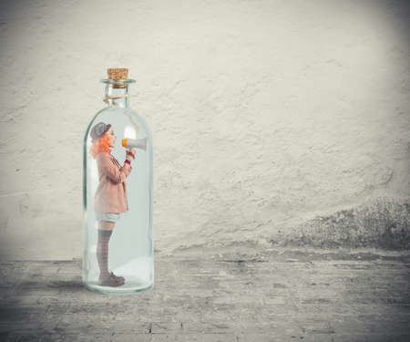 Photo pour Clown girl shouts with the megaphone without being heard - image libre de droit