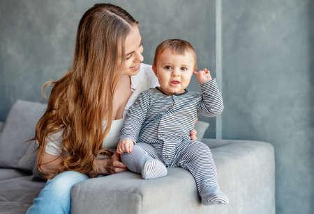 Foto de Little child smiling and happy with mom - Imagen libre de derechos