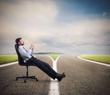 Photo pour Difficult choices of a businessman at a crossroads. concept of confusion - image libre de droit
