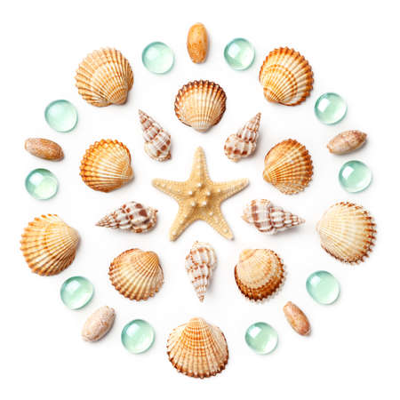Photo pour Pattern in the form of a circle made of shells, starfish and green glass beads isolated on white background. Flat lay, top view - image libre de droit