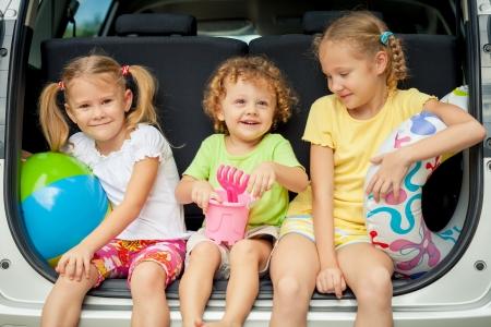 Photo pour three happy kids in the car - image libre de droit