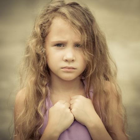 Foto de Portrait of sad child - Imagen libre de derechos
