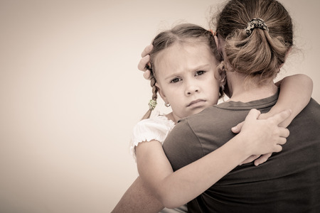 Photo pour sad daughter hugging his mother - image libre de droit