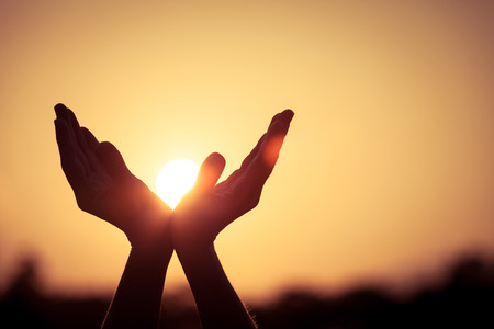 Photo pour silhouette of female hands during sunset - image libre de droit