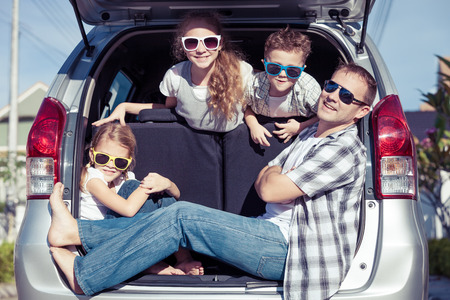 Photo pour Happy family getting ready for road trip on a sunny day.  Concept of friendly family. - image libre de droit