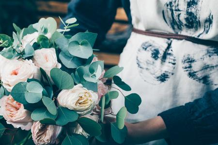 Photo pour Florist working in modern flower shop. Young woman entrepreneur with her own business. - image libre de droit