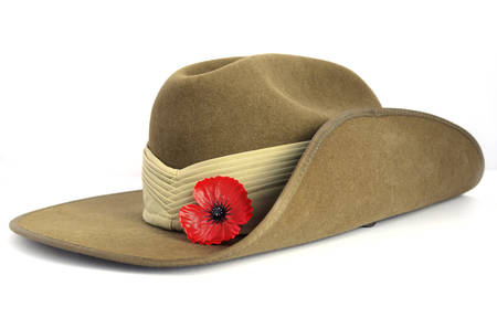 Foto de Anzac Day army slouch hat with red poppy on white background. - Imagen libre de derechos