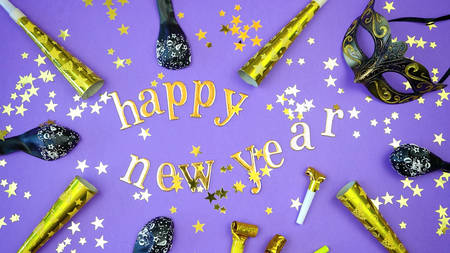 Photo pour Happy New Year gold letters and numbers bunting and decorations on 2018 color of the year, ultra violet, background . - image libre de droit