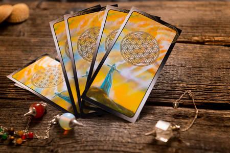 Photo pour Tarot cards and other fortune teller's accessories - image libre de droit