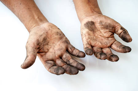 Photo pour man with dirty hands - image libre de droit