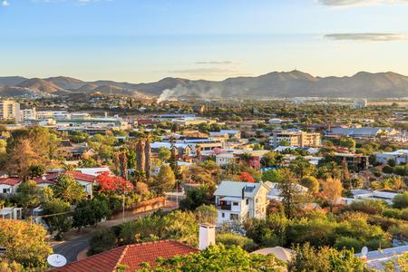 Foto de Windhoek rich resedential area quarters on the hills with mountains in the background, Windhoek, Namibia - Imagen libre de derechos