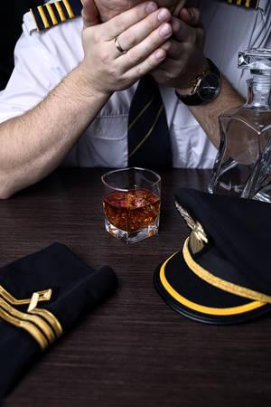 Foto de Desperate and plunged pilot drink alcohol - Imagen libre de derechos