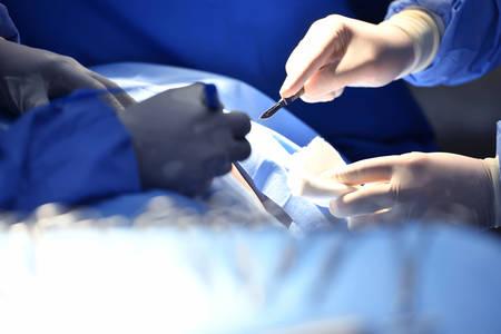 Foto de Team surgeon at work on operating room in hospital - Imagen libre de derechos