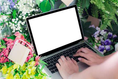 Foto de Close-up laptop computer white screen /Online selling e-commerce shipping idea concept - Imagen libre de derechos