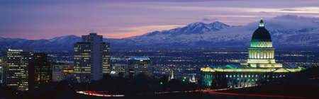 Foto de This is the State Capitol, Great Salt Lake and Snow Capped Wasatch Mountains at sunset. It will be the winter Olympic city for the year 2002. - Imagen libre de derechos