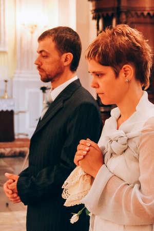 Foto de Wedding couple in christianity church - Imagen libre de derechos