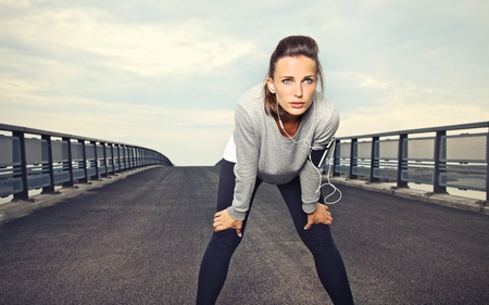 Photo pour Female runner with focus and determination to run - image libre de droit