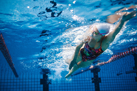 Photo pour Underwater shot of fit swimmer training in the pool. Female swimmer inside swimming pool. - image libre de droit
