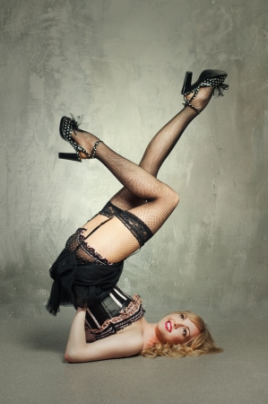 Photo pour Sexy blond pin up girl over grey background - image libre de droit