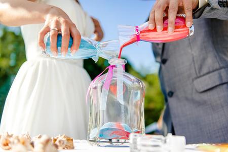 Photo pour Newlyweds during sand ceremony - image libre de droit