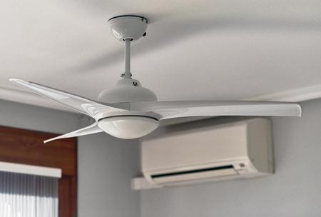 Foto de Ceiling fan and air conditioning - Imagen libre de derechos