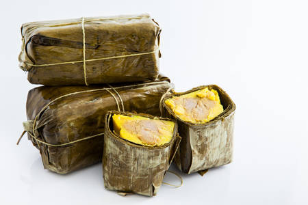 Photo pour Traditional Colombian tamale made on Santander region isolated on white background - image libre de droit