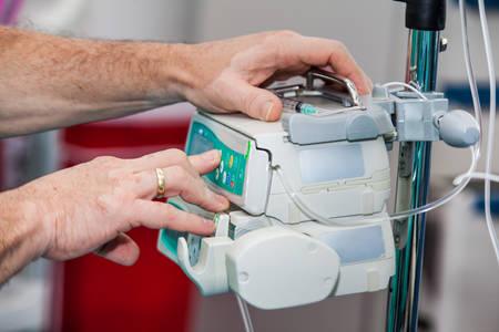 Foto de Anesthetist at a operating room setting the anesthesia machine - Imagen libre de derechos