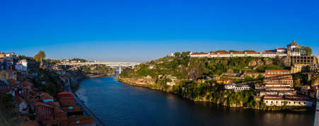 Photo pour Panoramic view of the Duoro River, Porto City and Vila Nova de Gaia in a beautiful early spring day in Portugal - image libre de droit
