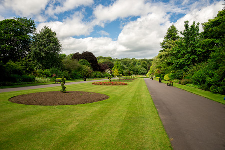 Foto de Central alley with flower beds in Seaton Park, Aberdeen, Scotland - Imagen libre de derechos