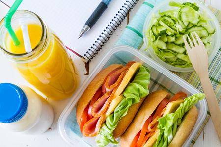 Photo pour Lunch box with sandwich salad and friuts, white wood background, top view - image libre de droit