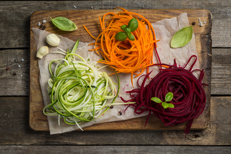 Foto de Vegetable noodles - zucchini, carrot and beetroot - Imagen libre de derechos