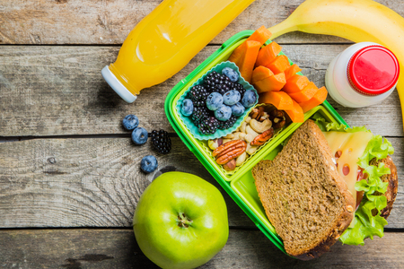 Photo pour Healthy school lunch box - image libre de droit