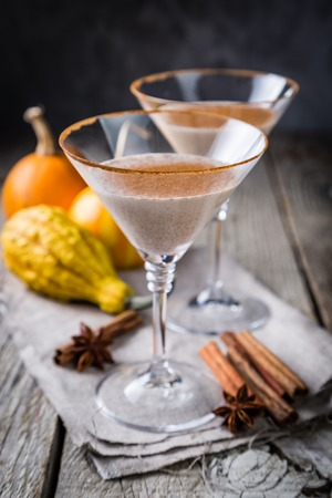 Foto de Autumn martini cinnamon cocktail - Imagen libre de derechos