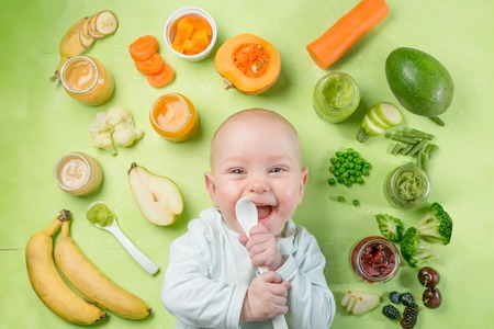 Foto de Colorful baby food purees in glass jars - Imagen libre de derechos