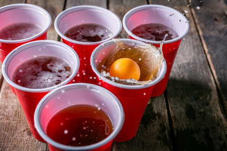 Foto de College party sport - beer pong table setting - Imagen libre de derechos