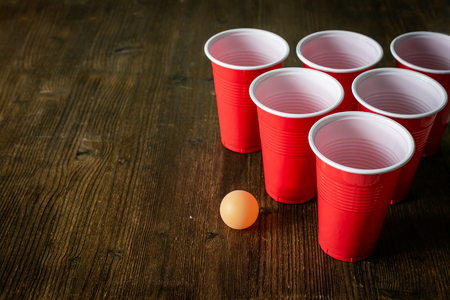 Photo pour College party sport - beer pong table setting - image libre de droit