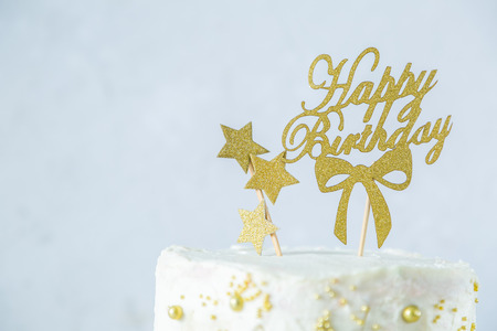 Photo pour Golden birthday concept - cake, presents, decorations - image libre de droit