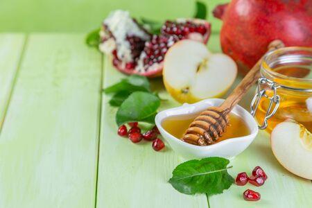 Photo pour Rosh hashana jewish holiday concept - apples, honey, pomegranate - image libre de droit