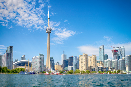 Foto de Skyline of Toront in Canada from the lake Ontario - Imagen libre de derechos