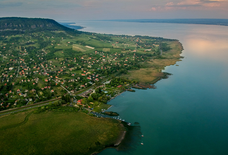 Photo pour Aerial view of Badacsony hill at lake Balaton, Hungary - image libre de droit