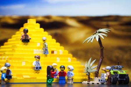Foto de Modern Children constructor - Minifigurki little people. Group of tourists near the Egyptian pyramid - Imagen libre de derechos