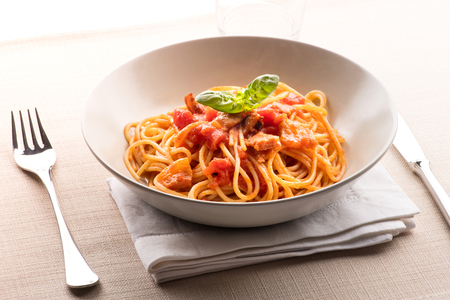 Photo pour Spaghetti all' amatriciana from the Lazio region of Italy with pecorino cheese, pepper, tomato, cured pork jowl or guanciale served in a bowl as a first course to Italian cuisine - image libre de droit