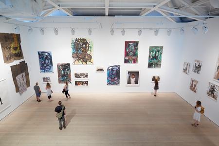 Photo pour Visitors at art exhibition at the Saatchi Gallery in London - image libre de droit